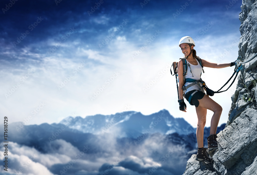 Fototapety, obrazy: Frau an einem Klettersteig (Via Ferrata)