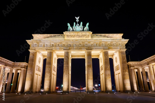 Zdjęcie XXL Brandenburger Tor (Brandenburg Gate) panorama, sławny punkt zwrotny w Berlińskim Niemcy przy nocą
