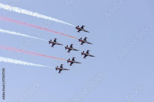 Valokuva Turkish acrobatic aviation squadron flying over Izmir (Turkey)