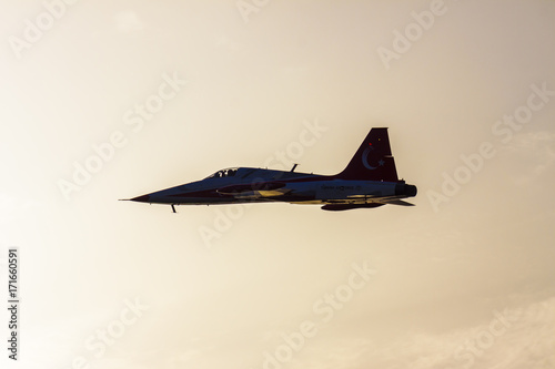 Photo Turkish military acrobatic airplane in sunset sky backlight