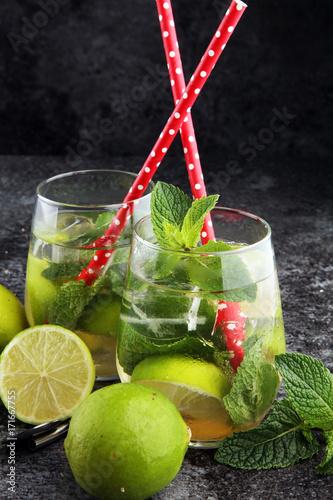 pyszne-limonkowe-napoje-orzezwiajace-z-czerwonymi-slomkami