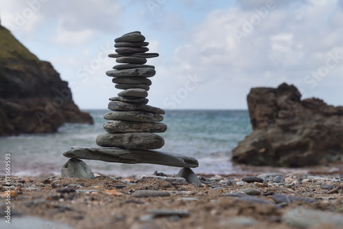 Fotomural Tower of pebbles on a beach
