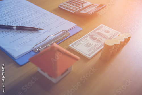 Fotografía  Mortgage contract for sale of real estate property with a pen and house keys