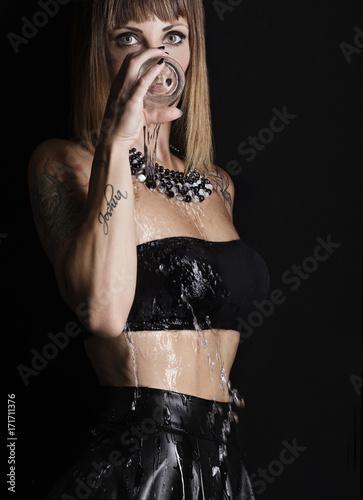 Modella con bicchiere d'acqua Canvas Print