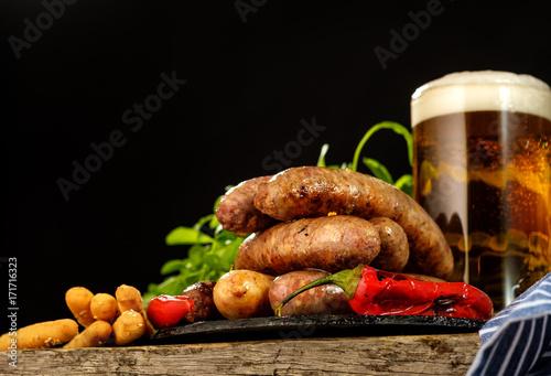 Plakat Piec na grillu kiełbasy z szkłem piwo na drewnianym stole
