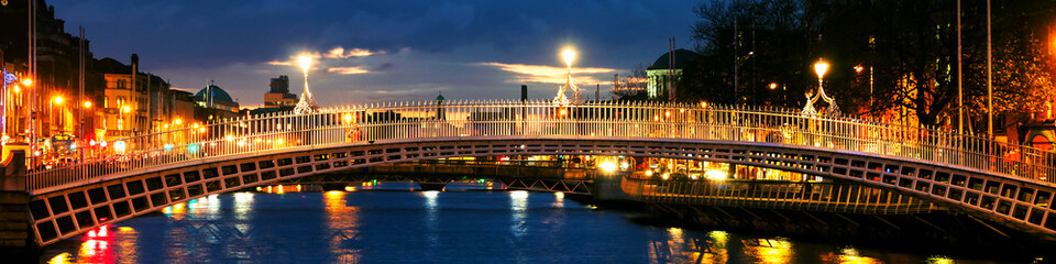 Panel SzklanyDublin, Ireland. Night view of famous Ha Penny bridge