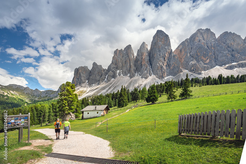 Photo  Hikers along a stunning trail in the Dolomites, Northern Italy, Europe