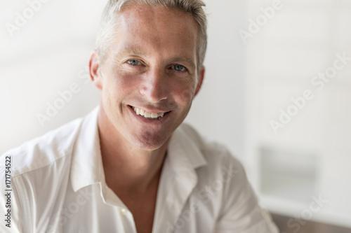 Fotografía  Portrait of attractive 40-year-old man