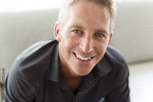 Fotografia  Portrait of single 40s man sitting in sofa