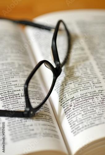 Fotografía  Brille liegt auf Wörterbuch