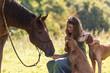 Hübsches Mädchen mit Pferd und Hunden