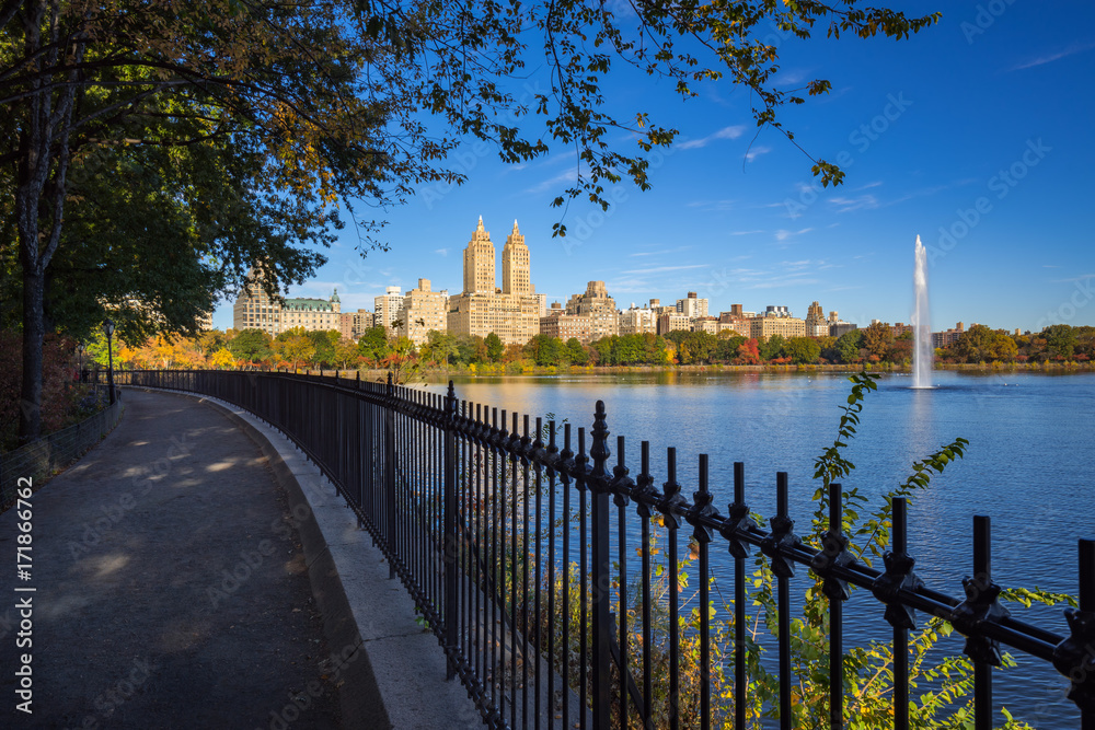 Fototapety, obrazy: Upper West Side buildings,  Central Park and the Jacqueline Kennedy Onassis Reservoir with fountain in Fall. Manhattan, New York City