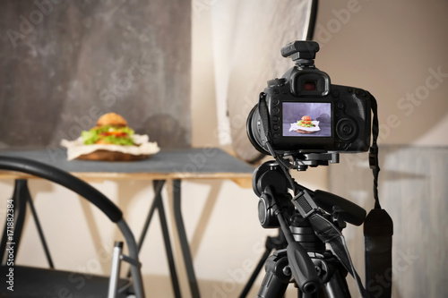Obraz Professional camera on tripod while shooting food - fototapety do salonu