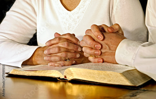 Couple Praying with Holy Bible Fototapet