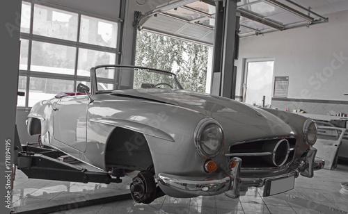 Photo sur Aluminium Vintage voitures Oldtimer in der Werkstatt