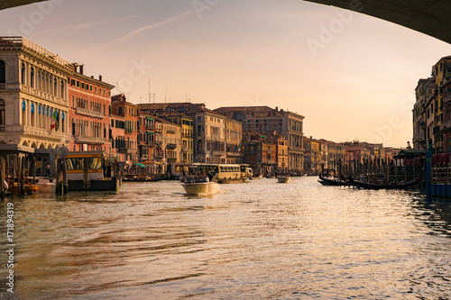 Plakat Kanał Grande przy zmierzchem widzieć spod Kantora mosta, Wenecja.