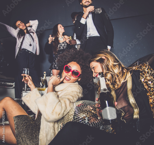 Friends having party in a nightclub Billede på lærred