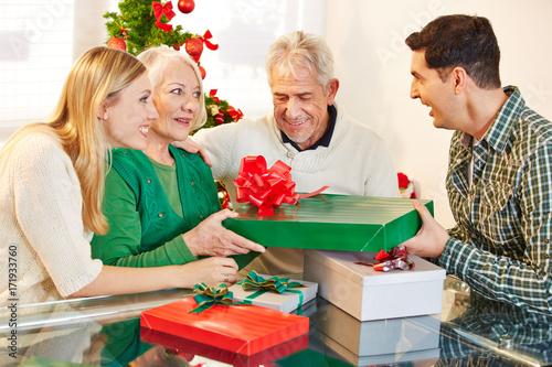 Plakat Mąż daje mama prezent na Boże Narodzenie