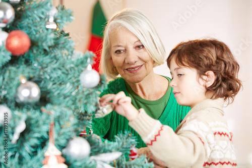 Weihnachtsbaum Fun.Großmutter Und Enkel Dekorieren Zu Weihnachten Weihnachtsbaum Buy