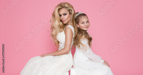Fotografia  beautiful mother and daughter, little princess, little miss and queen of the blo