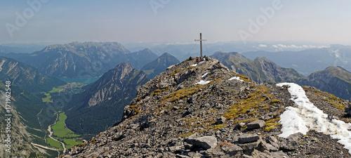 Spoed Foto op Canvas Scandinavië Gipfel des Sonnjochs im Naturpark Karwendel mit Blick über das Falzthurntal zum Achensee, Alpen, Tirol, Österreich, Europa