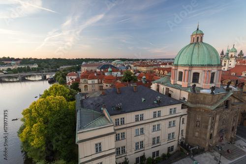 Plakat Wełtawa, Muzeum Mostu Karola, Kościół św. Franciszka z Asyżu i inne stare budynki na Starym Mieście w Pradze, Republika Czeska, oglądany z góry wczesnym wieczorem.