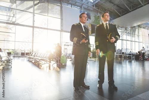 Fotografía  Serious aviators locating at airport