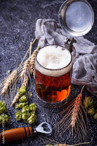 kubek-piwa-z-roznymi-dodatkami-na-stole