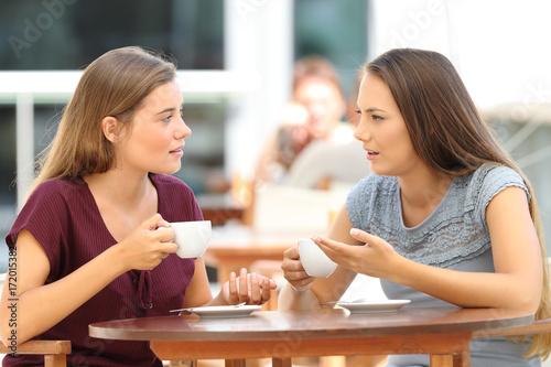 Plakat Poważni przyjaciele opowiada w restauraci