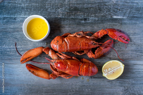 dwa gotowane czerwone homary z masłem i cytryną widok z góry