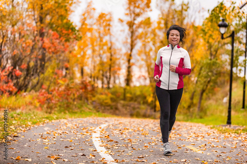 Fotografia  Mature Asian woman running active in her 50s