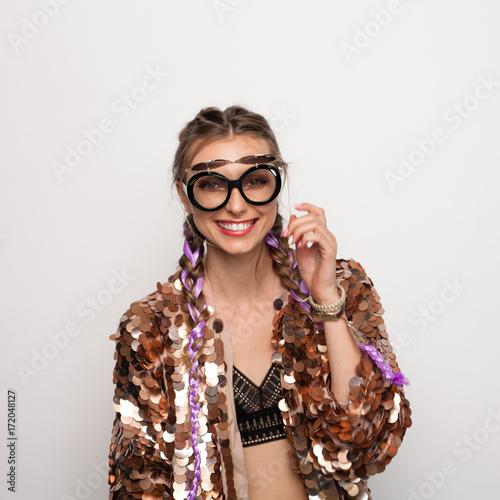 Plakat Stylowa nastolatka w kreatywnych okularach przeciwsłonecznych i marynarce