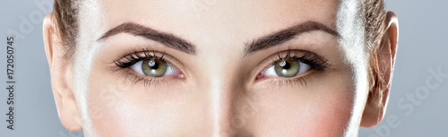 Fotografia  Closeup shot of woman eye with day makeup. Long eyelashes