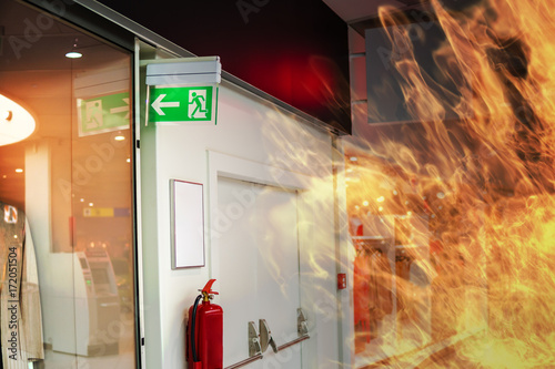 Fotografia Emergency fire exit sign and fire in shopping mall.