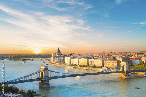 Ingelijste posters Boedapest Beautiful view of the Hungarian Parliament and the chain bridge in Budapest, Hungary