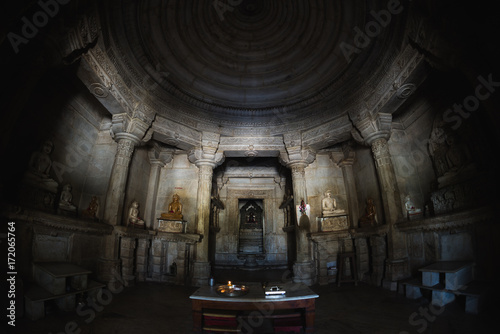 In de dag Temple Interior of the majestic jainist temple at Ranakpur, Rajasthan, India. Architectural details of stone carvings, ultra wide angle fish eye view.