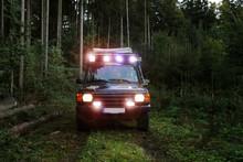Geländewagen Im Wald Mit LED Licht