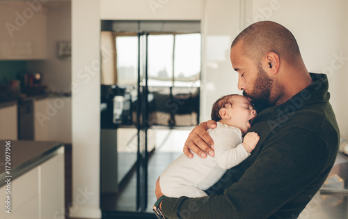 Photo  Cute little boy in his father's arms