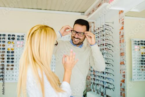 Plakat Ludzie w sklepie optycznym