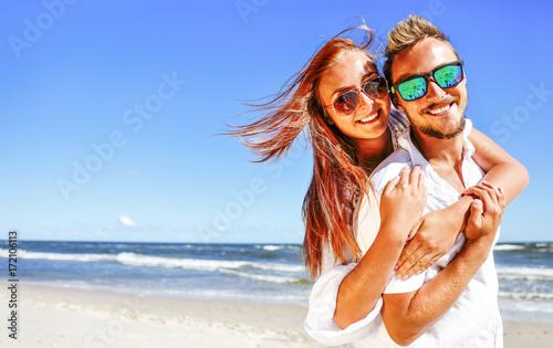 Plakat jesień i dwoje kochanków na plaży