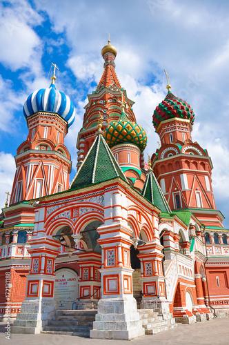 Plakat Cerkiew Wasyla Błogosławionego - cerkiew na Placu Czerwonym w Moskwie, najstarszy zabytek architektury. Wielokolorowe kolorowe kopuły, katedra wykonana z czerwonej cegły.