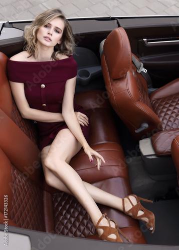 Zdjęcie XXL Fasonuje portret młoda kobieta w wina koloru sukni plenerowej