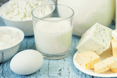 Poster Produit laitier Different dairy products on the wooden background