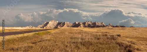 Photo Panorama of badlands national park with vista of mountain range with large cloud