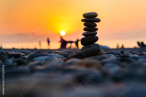 Photo  Stones pyramid on sand symbolizing zen, harmony, balance