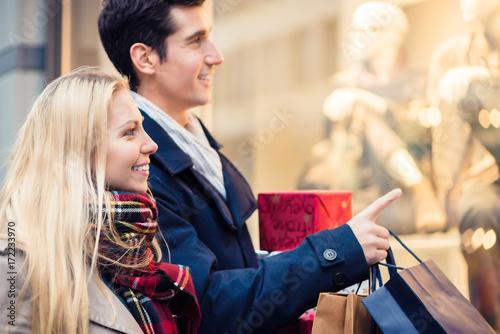 Zdjęcie XXL Kobieta i mężczyzna z Bożenarodzeniowymi teraźniejszość w mieście, mężczyzna i kobiecie
