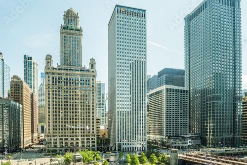 Obraz na dibondzie (fotoboard) Widok Wacker Drive z mostem, wieżowcami, ludźmi i samochodami w centrum Chicago