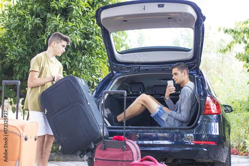 Zdjęcie XXL rodzina dostaje bagaż w samochodzie, podróżach i wakacjach
