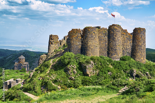 Foto  Beautiful medieval fortress Amberd in Armenia with armenian flag on the top sway