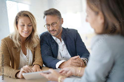 Fotografia  Mature couple meeting real-estate agent in office